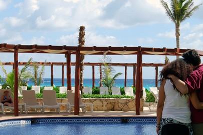 budget-caribbean-hotel-poolside-couple